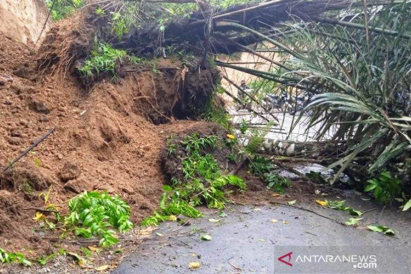 Jalan penghubung Agam-Bukittinggi tertimbun longsor di Panta
