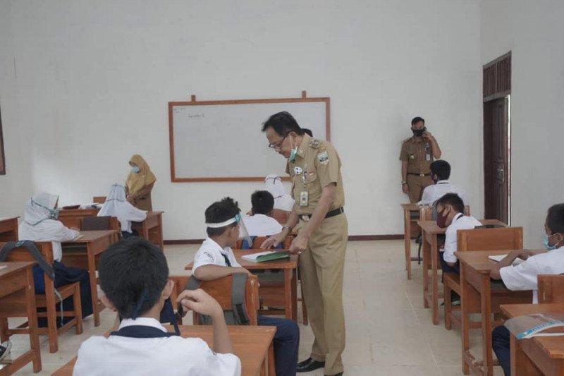 Bupati Pesisir Barat cek prokes di SMP dan Madrasah