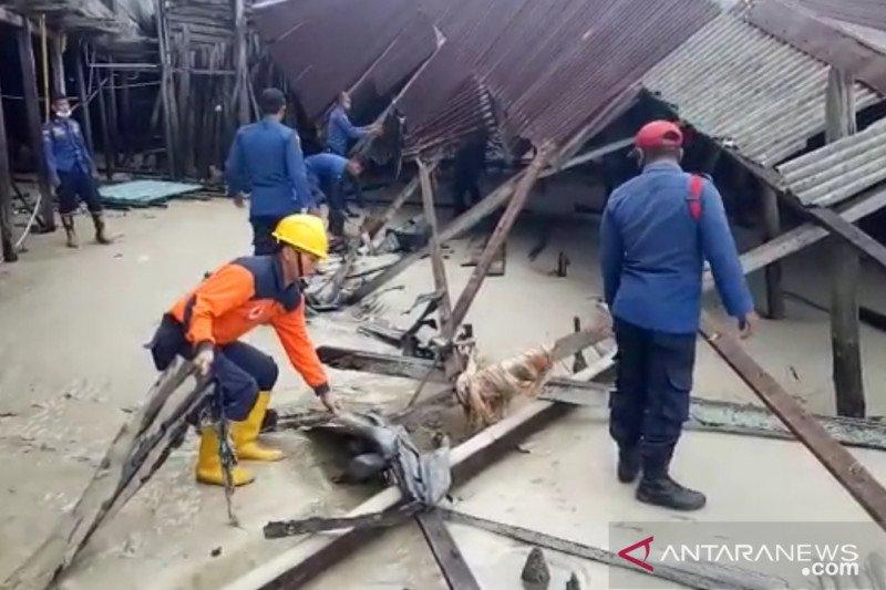 Dua unit rumah di Natuna roboh karena dihantam gelombang pasang