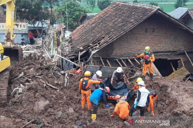 Tim SAR menemukan lima korban, 21 orang meninggal dalam longsor Sumedang