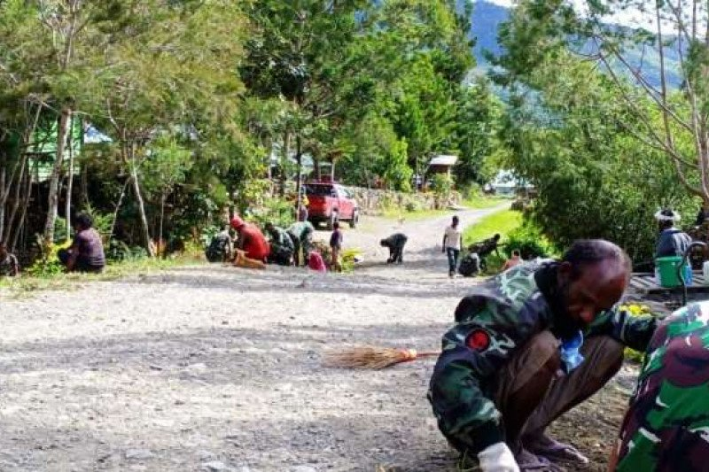 Babinsa Koramil Bokondini kerja bakti bersihkan halaman gereja GIDI