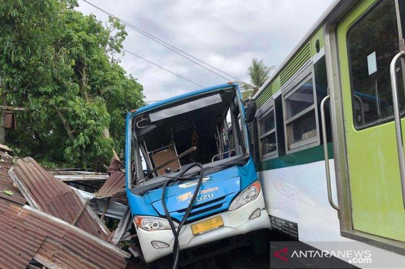 Trans Padang lawan kereta api bandara, kernet luka berat (Video)