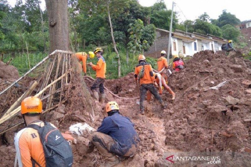 Hari keempat, Tim SAR lanjutkan cari 24 orang hilang dalam longsor Sumedang