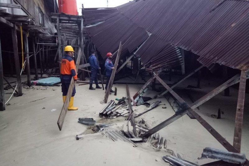 Dua unit rumah warga di kawasan pesisir Natuna roboh dihantam ombak tinggi