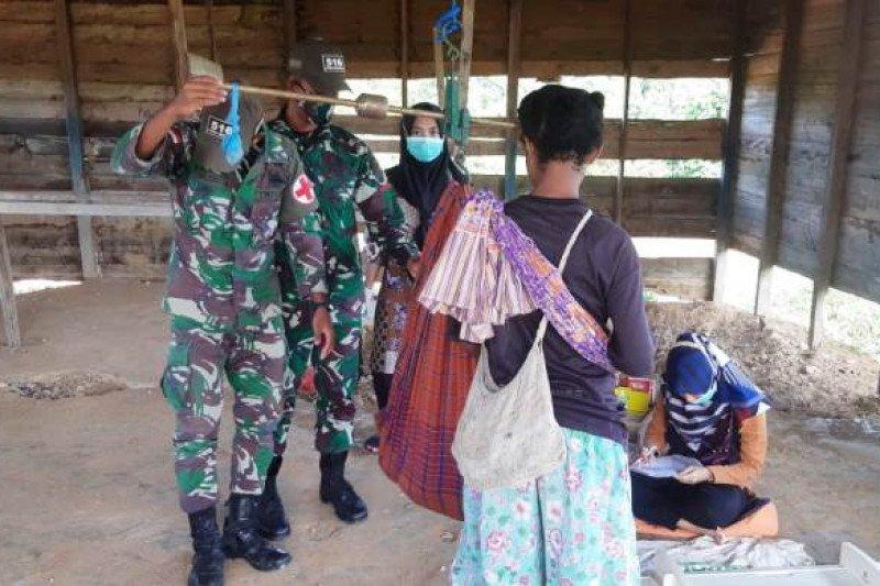 Satgas Yonif 516/CY layani kesehatan gratis warga perbatasan RI-PNG