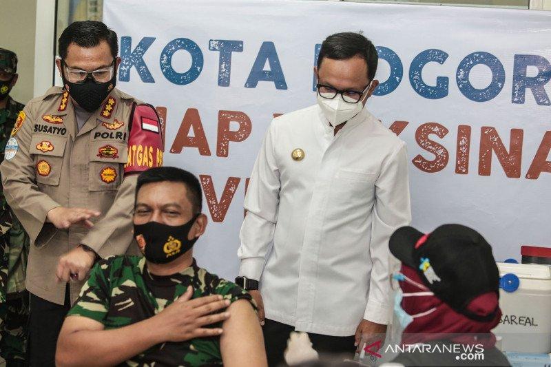 10 pejabat Kota Bogor menerima suntikan vaksin covid