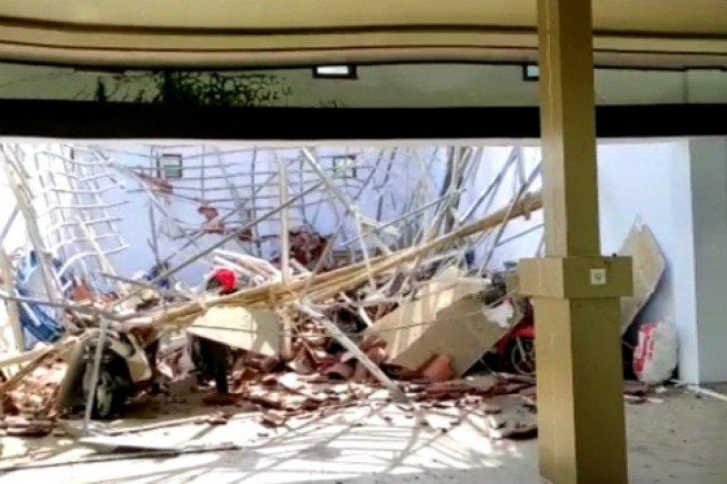 Konstruksi atap rujab Ketua DPRD Sulbar ambruk akibat gempa Majene