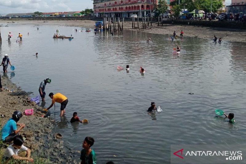 Warga Baubau dikejutkan kemunculan ribuan ikan di permukaan sungai
