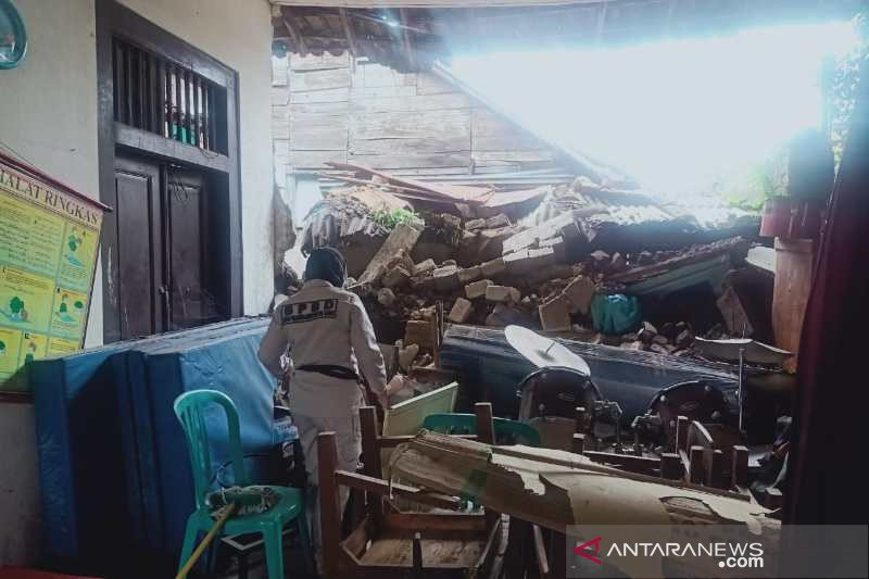 Tembok bangunan cagar budaya SDN 03 Temanggung II ambrol terkena hujan