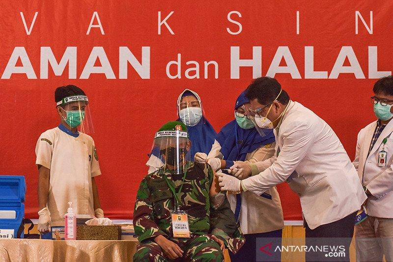 Vaksinasi COVID-19 di Riau lancar meski ada tokoh belum bisa divaksin, kok bisa?