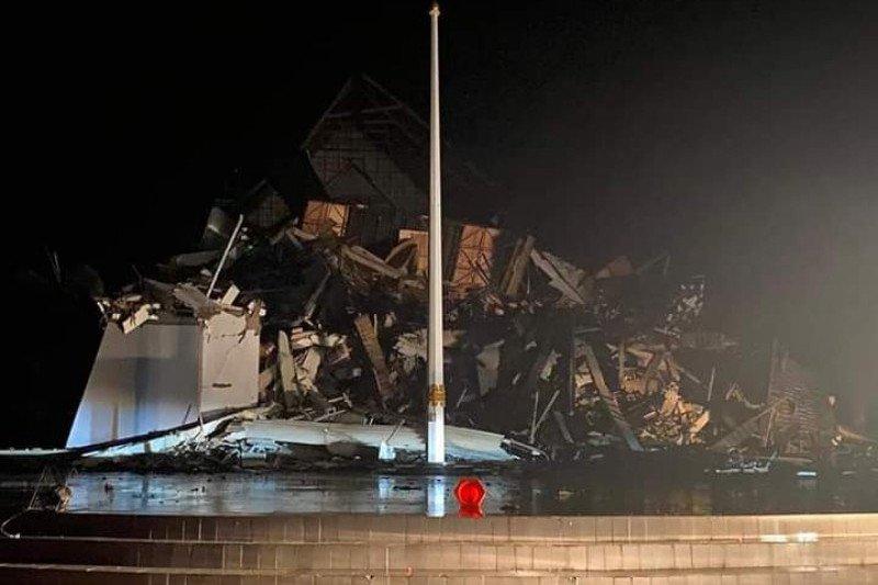 Dua orang terjebak di reruntuhan Gedung Kantor Gubernur Sulbar