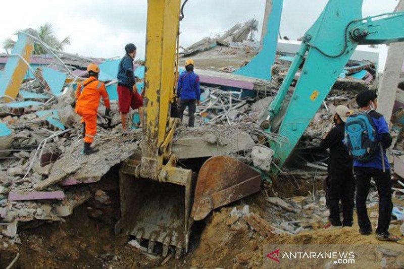 Pencarian korban gempa di Rumah Sakit Mitra Manakarra