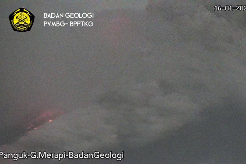 Gunung Merapi meluncurkan awan panas guguran sejauh 1.500 meter