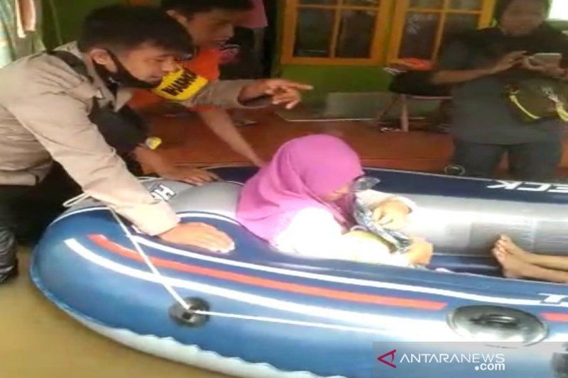 Wanita akan melahirkan dievakuasi di tengah banjir
