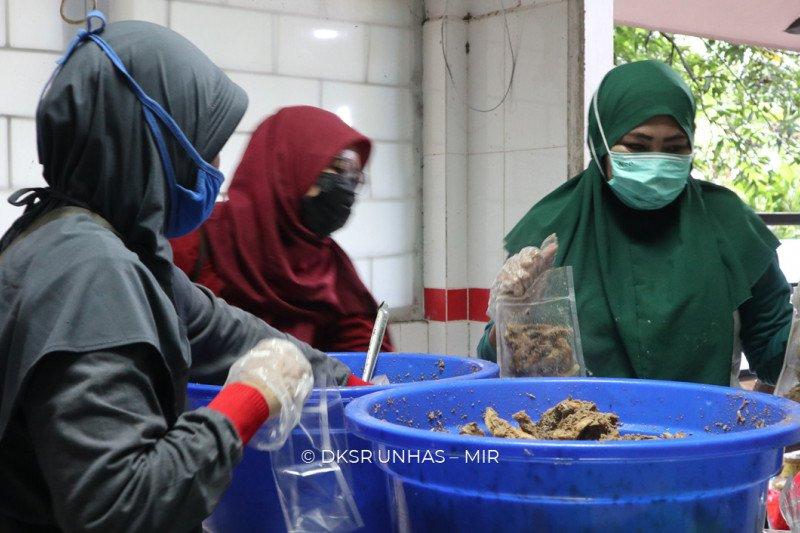Unhas salurkan satu ton bakso dan ayam palekko ke Sulawesi Barat