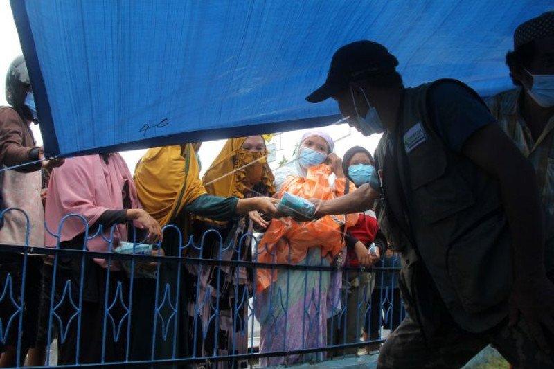 Bantuan kebutuhan pokok dibagikan kepada pengungsi gempa