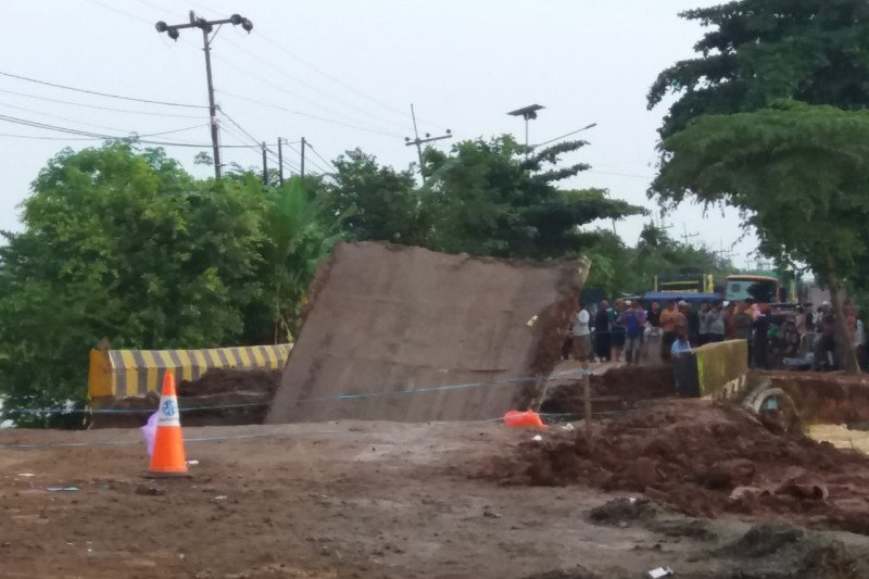 Jembatan Mataraman  putus jalur Trans Kalsel-Kaltim lumpuh