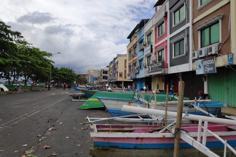 Perahu parkir gantikan mobil parkir di depan pertokoan Megamal