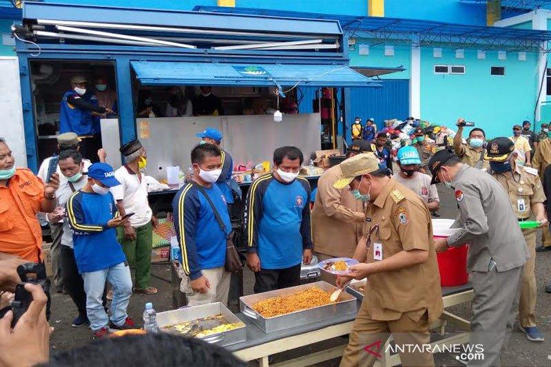 Gubernur Kalsel  makan di dapur umum Barito Utara