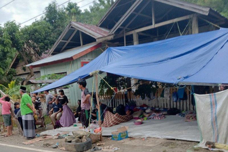 Warga korban gempa Sulbar bertahan di pengungsian