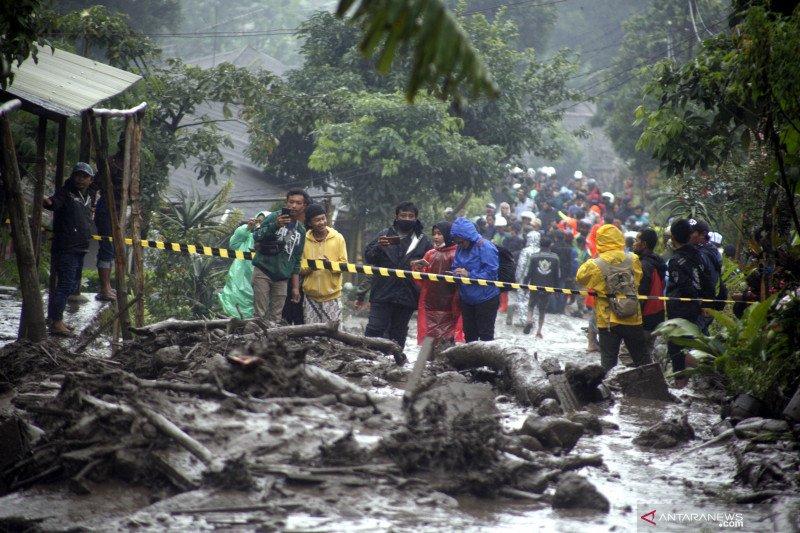 BPBD Bogor evakuasi pengungsi dan bersihkan longsoran banjir
