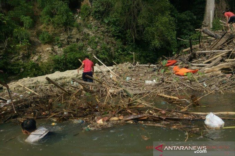 BPBD singkirkan sampah dari Sungai Ogan antisipasi banjir