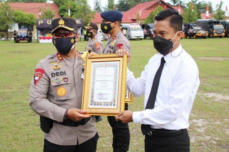 Dua polisi Bartim terima penghargaan