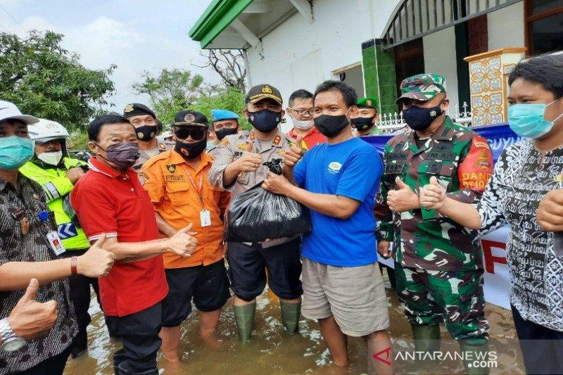 Polresta-Pemkot Pekalongan bagikan  2.000 nasi bungkus korban banjir