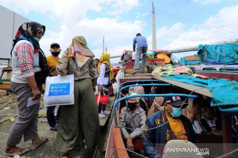 Warga Terdampak Jalan Rusak Gunakan Transportasi Sungai