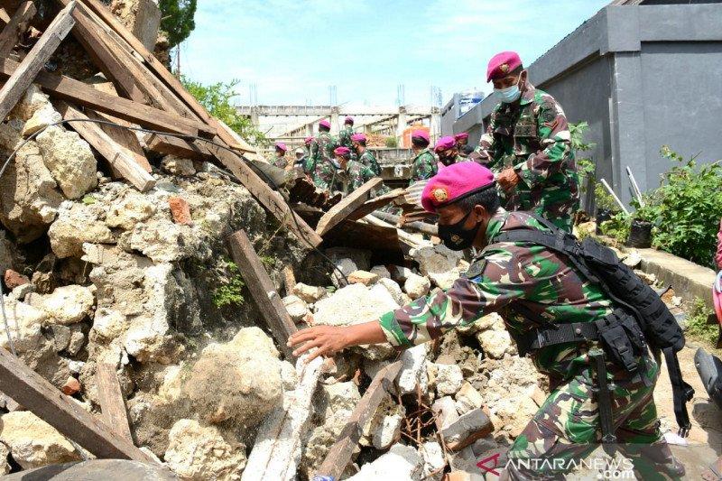 Prajurit TNI Angkatan Laut bekerja bakti membuka jalan di Mamuju Sulbar