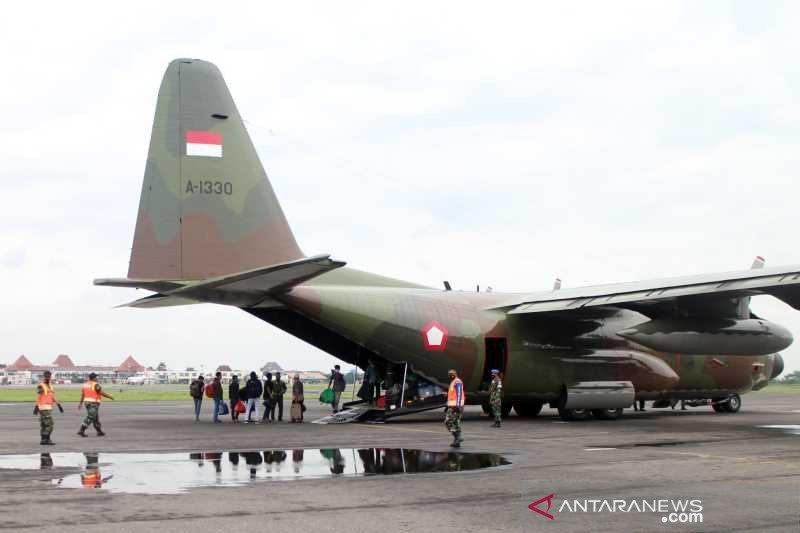 Puluhan pengungsi Sulawesi Barat tiba di Bandara Adi Soemarmo