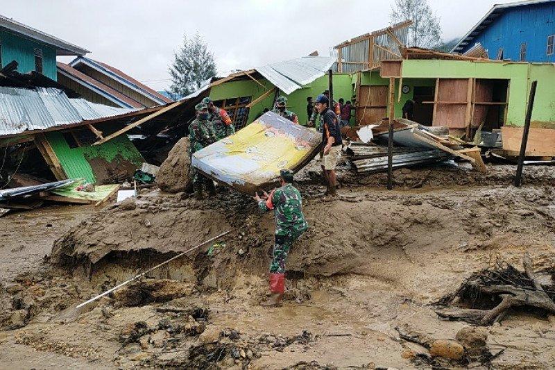 TNI bantu evakuasi warga korban banjir lumpur Kampung Uwibutu Paniai Timur
