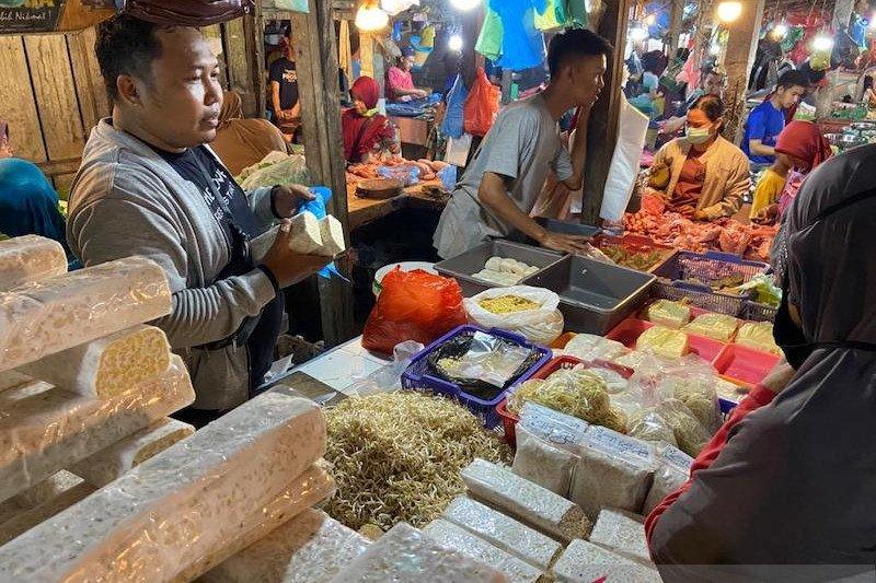 Pedagang tempe di Palembang keluhkan harga kedelai tak kunjung turun