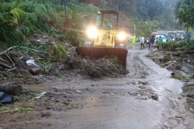 BPJN Sulut membuka akses jalan Manado-Tomohon yang tertutup longsor