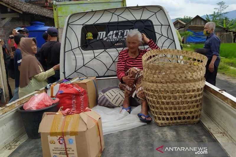 Warga lereng Gunung Merapi meninggalkan pengungsian Deyangan