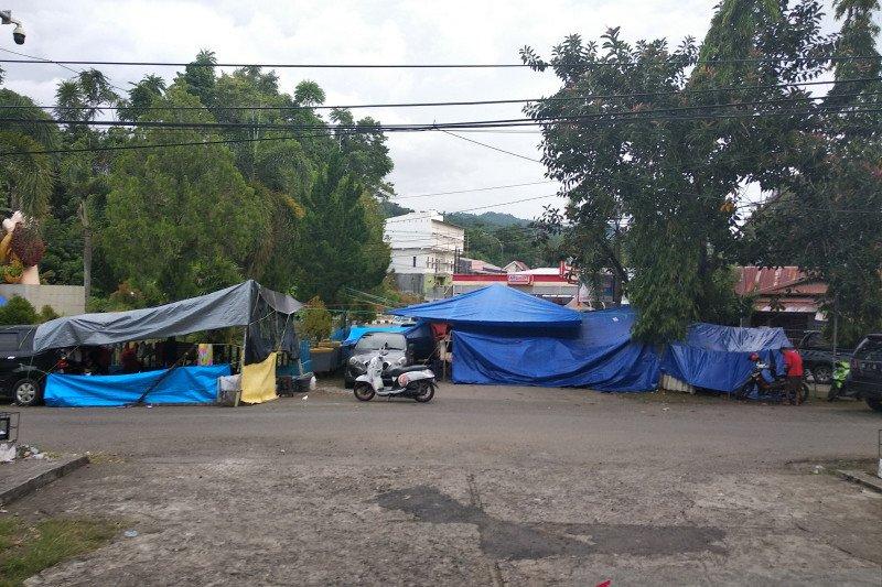 Warga korban Gempa Mamuju masih bertahan di tenda darurat