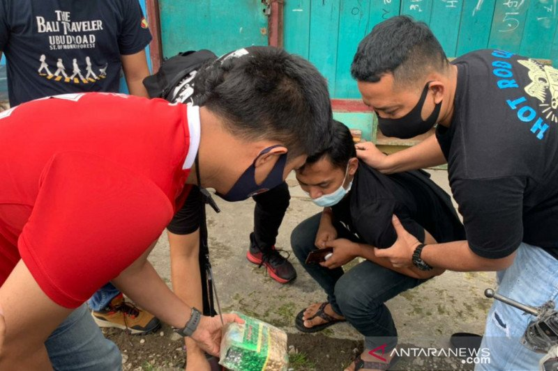 Police arrest young drug courier in North Jakarta