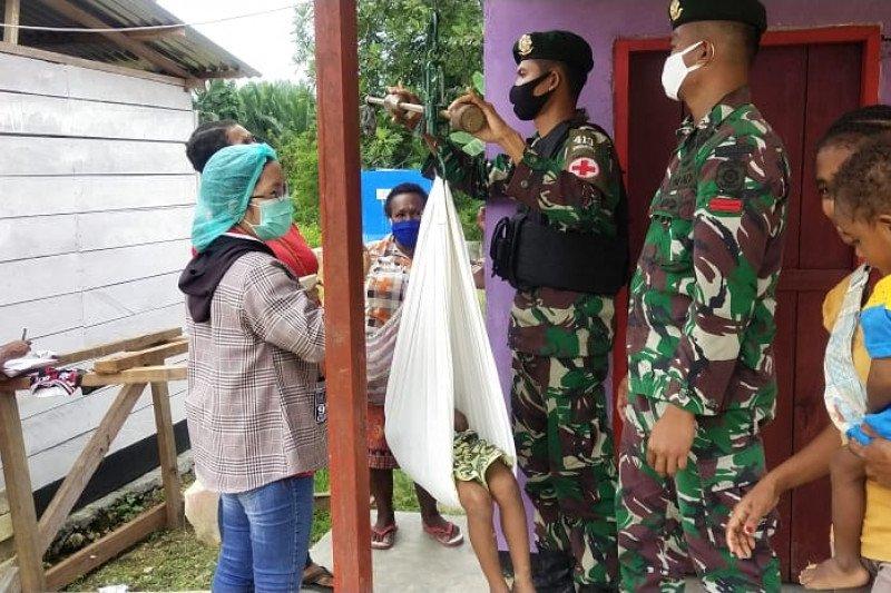 Satgas Yonif MR 413 beri layanan Posyandu anak di perbatasan