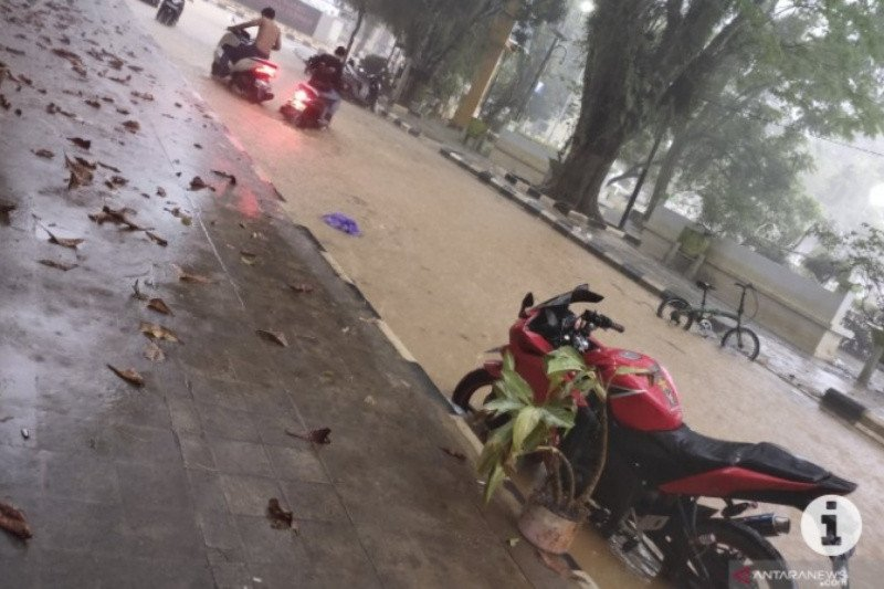 Akibat banjir, sejumlah saluran drainase di Barabai Kalsel tersumbat