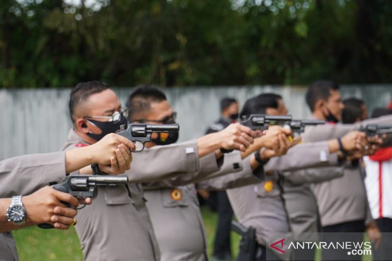 Puluhan personel Ditlantas Polda Sumbar asah kemampuan menembak