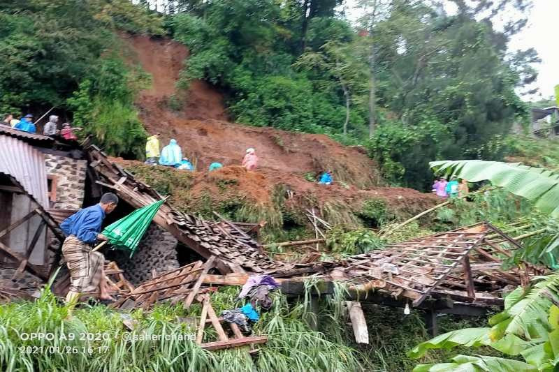 Longsor timpa tiga rumah warga  di Kaliangkrik Magelang