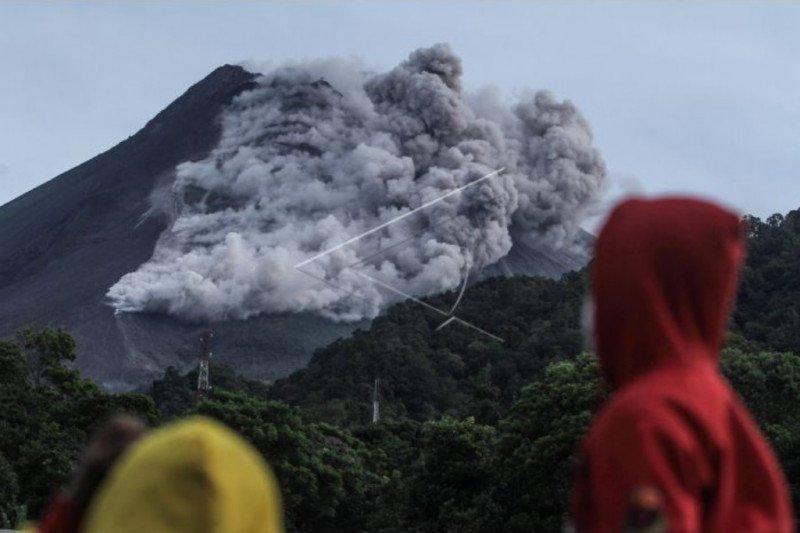 Warga Dusun Turgo Sleman dievakuasi ke barak Purwobinangun