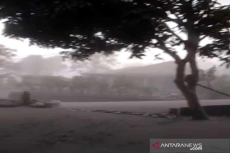 Erupsi Merapi akibatkan hujan abu di  Boyolali