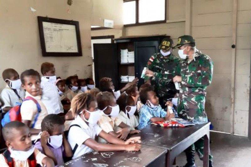 Satgas Yonif MR 413 Kostrad bagikan buku tulis siswa di perbatasan RI-PNG