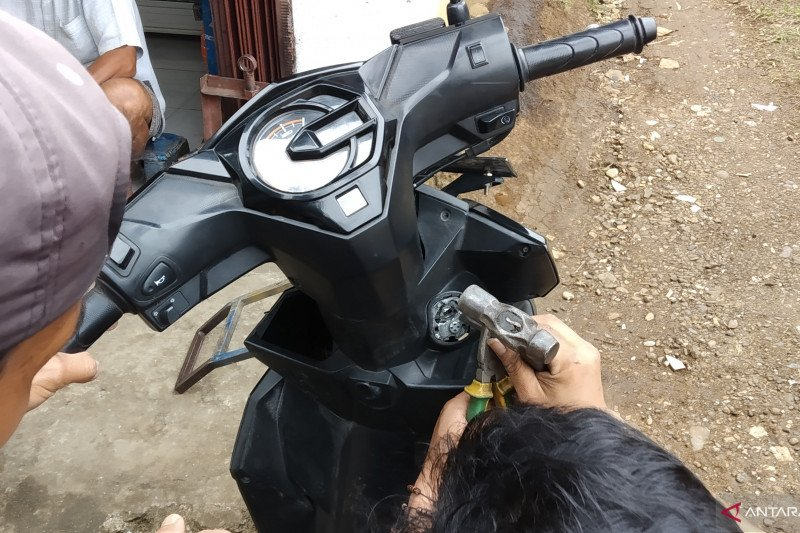 Maling gasak motor disaat pemiliknya tengah sholat jum'at (Video)