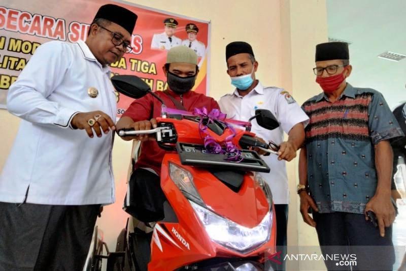 Penyandang disabilitas Aceh Barat terima motor usaha