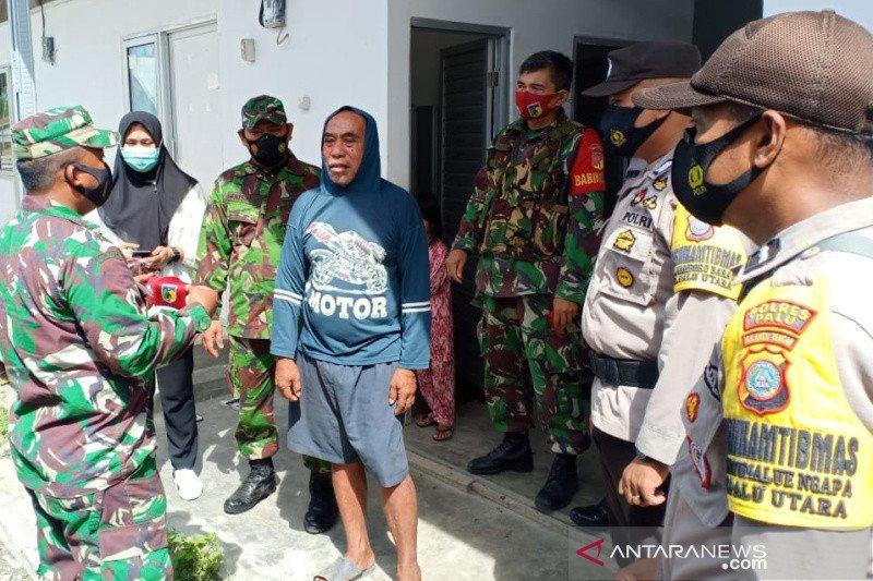 TNI-Polri bagi masker di huntara penyintas bencana Palu