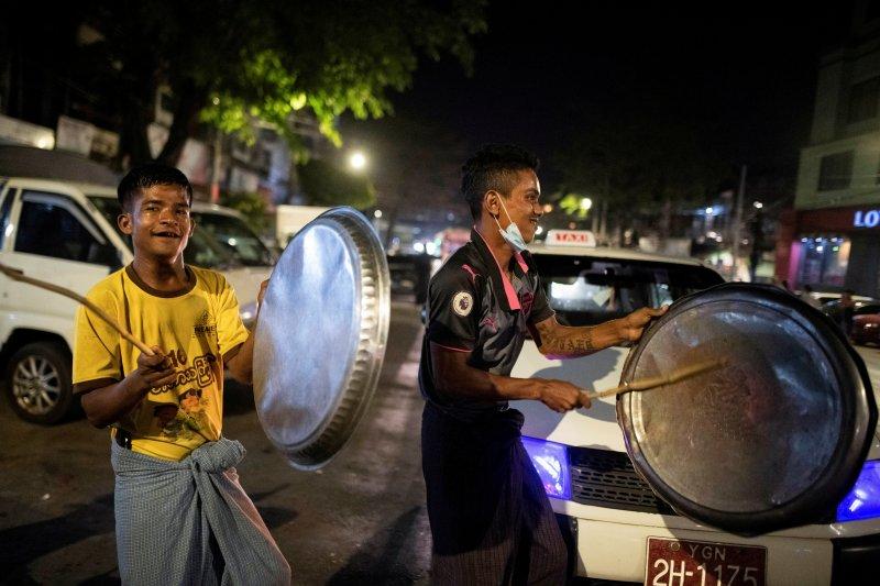 Buah simalakama memblokir medsos  bagi junta Myanmar