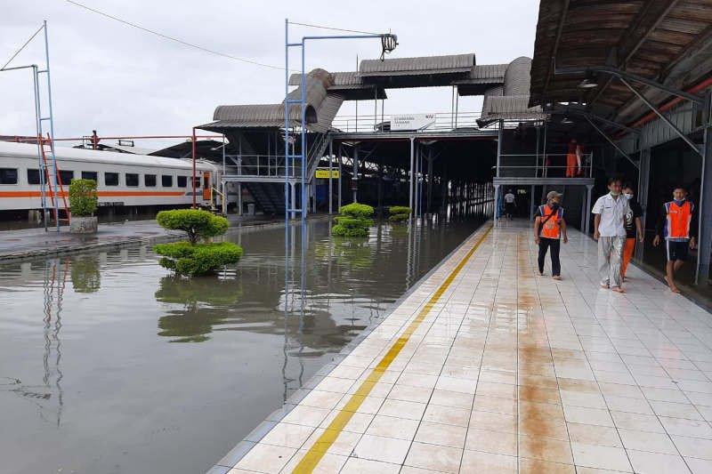 Perjalanan KA lintas utara terganggu akibat banjir Semarang