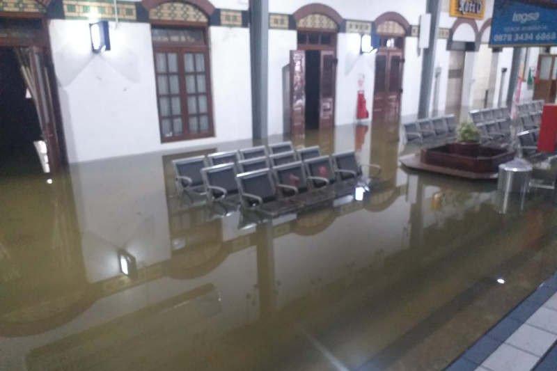 Perjalanan KA di Semarang masih dialihkan akibat rel terendam air